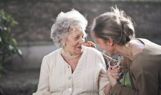 Jak pomagać seniorom?