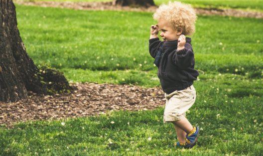 """Wczesne oznaki zaburzeń ze spektrum autyzmu a prawidłowy rozwój dziecka. Co jest """"normalne"""", a co powinno zaniepokoić?"""