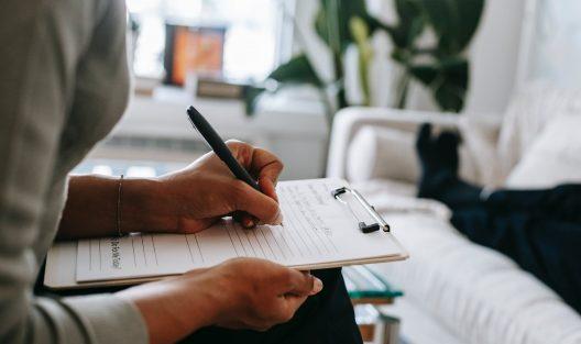 Psychiatra a psycholog, psycholog a psychoterapeuta - czym się od siebie różnią? Do kogo i kiedy zgłosić się po pomoc?